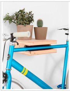 Suporte para bike de madeira clara no hall