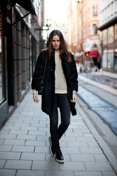 carolines mode- androgynous look- candid photo- casual outfit- and black prada creepres with espadrille heel Simple Outfits, Casual Outfits, Fashion Outfits, Street Style Blog, Street Styles, Black Fur Coat, Classic Chic, Minimal Classic, Androgynous Look