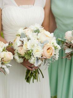 bouquet de mariée rond de roses blanches et pivoines pêche