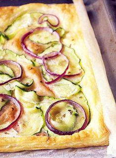 Hojaldre de paté vegetal, calabacín y cebolla morada*