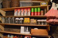 Hyllyille on jätetty tilaa säilykkeille ja tavaramäärää tiivistetään vielä. Hillot, pikkelssit ja muut säilötyt herkut muuttavat jääkapista ruokakomeroon vasta syksyllä, jolloin komeron lämpötila on riittävän viileä. Näin helteellä komerossa on n. 19C lämpöä. Komerossa on myös kapea hyllykkö, jonka tilalle tehdään toinen hyllykkö kun isäntä joutaa. Hyllykössä on muovilaatikot, joiden sisällä on makaroonipusseja, riisipaketteja, jauhopusseja jne.