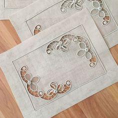Este posibil ca imaginea să conţină: interior Cutwork Embroidery, Machine Embroidery, Embroidery Designs, Cutwork Saree, Filet Crochet, Crochet Motif, Romanian Lace, Lacemaking, Point Lace