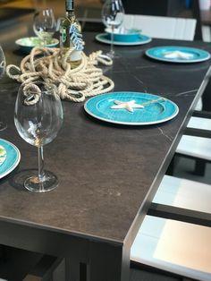 Detalle mesa en porcelanato y aluminio Table Settings, Table Decorations, Furniture, Design, Home Decor, Dining Rooms, Mesas, Decoration Home, Room Decor