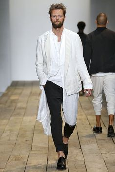"""Un hombre con un look cómodo y chic para esta primavera-verano de 2016 por Greg Lauren. ¿Qué tal combinarlo con nuestra pulsera """"koskar""""? https://www.regalos-up.com/tienda/pulsera-de-hombre-koxkar/"""