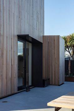 Im neuseeländischen Küstenort Kakanui erstreckt sich auf gerade einmal acht mal acht Metern Grundfläche ein minimalistisches Traumhaus mit Meerblick. Die Architekten Dravitzki & Brown standen bei diesem Bauprojekt vor der Herausforderung, das einfallende S