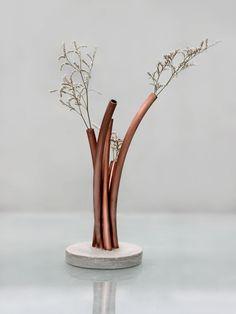 Tubos de cobre sobre base de concreto. Acompanha flores secas.  Em função das características do concreto e produção artesanal, as peças podem ...