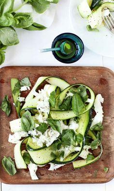 Kesäkurpitsa-mozzarellasalaatti | Meillä kotona