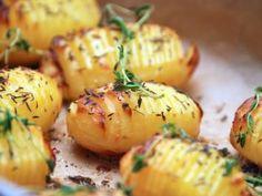 Hasselback kartofler - nem opskrift på alle slags via Baked Potato, Tricks, Side Dishes, Potatoes, Bacon, Food And Drink, Ethnic Recipes, Potato, Roasted Potatoes