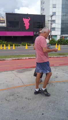 Panfletagem no calçadão de Camburi, aos domingos.