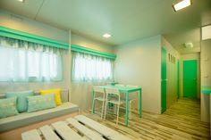 Mobil Homes en alquiler en el camping situado en primera línea de mar, en la Costa Dorada. Cinque Terre, Divider, Curtains, Room, Furniture, Home Decor, Beach Feet, El Dorado, Bedroom