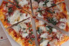 Pizza er et sikkert hit herhjemme, men i aften blev det en ekstra stor succes. For første gang bagte vi det nemlig på grillen, og det blev altså virkelig virkelig godt. I ovnen synes jeg ellers, vi…