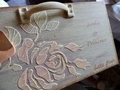 Con plantillas y pasta podemos elaborar una preciosa decoración en relieve en superficies de madera. ¡Toma nota!