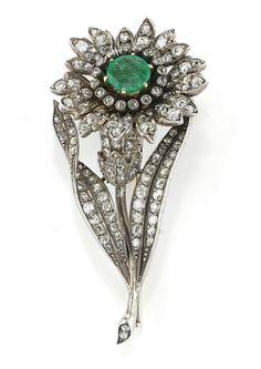 SPILLA ANTICA CON SMERALDO E DIAMANTI  a forma di fiore con smeraldo entro corolla in brillanti taglio vecchio e rose di diamante, foglie in brillanti taglio vecchio, inizio 1900