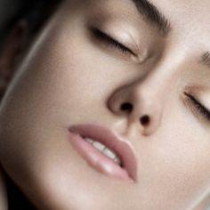 Σφιχτό δέρμα χωρίς ρυτίδες: Τι συστήνουν οι κορυφαίοι δερματολόγοι των celebrities; (να τι κάνει η Αngelina Jolie) Χάρισε στο δέρμα σου ανανέωση και ξεκίνα τη σεζόν νεότερη. Γράφει: Σοφία Μάργαρη Τι μπορείς να κάνεις για να έχεις νεανική επιδερμίδα; Αφού δεν μπορείς να γυρίσεις το χρόνο πίσω, αυτό που μπορείς να πετύχεις είναι να διατηρήσεις τη σφριγηλότητα και την ελαστικότητά της. Ναι, αυτό γίνεται. Κυρίως, επειδή εσύ η ίδια επιταχύνεις τη γήρανση κάνοντας λάθος κινήσεις στην περιποίησή… Natural Skin Care, Beauty, Tips, Beauty Illustration, Counseling