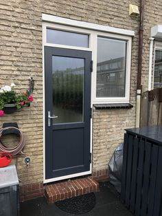 Kitchen door anthracite with glass fitted with blinds. Outdoor Decor, Decor, Blinds, Types Of Doors, Kitchen Doors, Garage Doors, Glass, Doors, Home Decor
