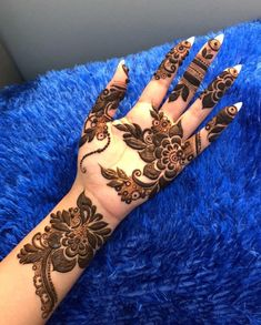 Bold Arabic Mehendi Design With Flowers And Leaves Best Beautiful Front and Back Hand Mehndi Designs For Bridal! Mehndi Designs Front Hand, Khafif Mehndi Design, Latest Arabic Mehndi Designs, Floral Henna Designs, Finger Henna Designs, Stylish Mehndi Designs, Mehndi Design Pictures, Dulhan Mehndi Designs, Beautiful Henna Designs