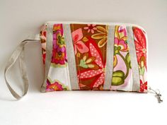 End of Summer Wristlet from flamingotoes.com. This is such a cute wristlet! Nice tutorial on how to make it.