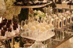 Meninas,   Vi essas cadeirinhas na decoração de um noivado e amei. Achei muiiito delicado. Além de usar na mesa dos doces vc pode utilizar p...