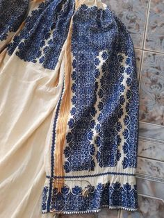 Folk Costume, Costumes, Triquetra, Folk Embroidery, Embroidered Clothes, Romania, Folk Art, Countries, Sewing