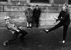 10.Gianni Berengo Gardin Monaco 1965 Una coppia si esibisce in un ballo scatenato davanti agli occhi di due spettatori perplessi e divertiti