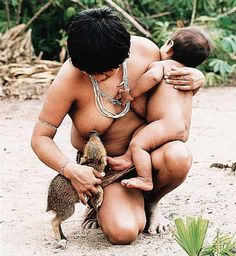 """""""Na foto de 1992, índia guajá amamenta um filhote de porco selvagem. Diferentemente dos europeus, os indígenas não viam o homem como o centro do universo."""""""