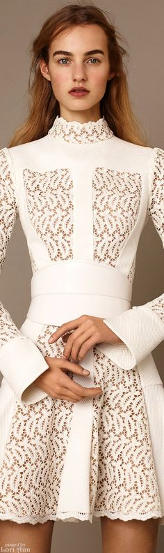 Alexander McQueen Pre-Fall 2015~ gorgeous, close detail! / moda, elegante, vestido, blanco