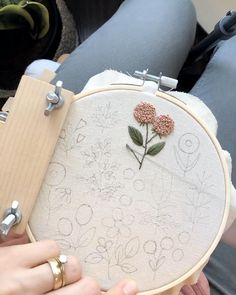 Hand Embroidery Patterns Free, Hand Embroidery Videos, Embroidery Stitches Tutorial, Embroidery Flowers Pattern, Hand Embroidery Stitches, Embroidery Hoop Art, Vintage Embroidery, Hand Stitching, Simple Embroidery Designs