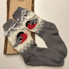 Sukista tumppuihin: Punatulkkuja Intarsia Knitting, Knitting Socks, Hand Knitting, Knitting Patterns, Handmade Clothes, Diy Clothes, Knit Art, Cozy Socks, Felted Slippers