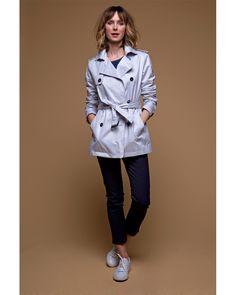 #Trench-coat #court #gris en gabardine de #coton. Légèrement satiné, il réveille une tenue sans effort !