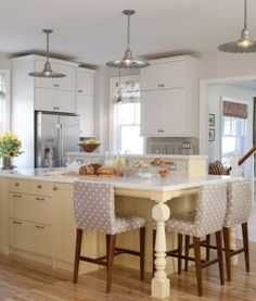 Sarah Richardson Farmhouse kitchen by paulineLove this kitchen, but why didn't she take the cabinets to the ceiling with more moulding?