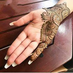 Top handpicked Arabic mehndi designs of Find unique and simple Arabic mehendi designs for hands and legs for weddings. Simple Arabic Mehndi Designs, Back Hand Mehndi Designs, Latest Bridal Mehndi Designs, Mehndi Designs Book, Mehndi Design Pictures, Modern Mehndi Designs, Mehndi Designs For Girls, Mehndi Designs For Beginners, Dulhan Mehndi Designs