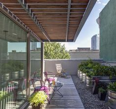 Like the wood decking meeting the gravel... using two different materials makes the space seem wider