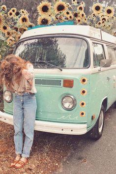 Hippie Life, Hippie Style, Combi Hippie, Carros Retro, Volkswagen Minibus, Bohemian Bedroom Design, Bus Girl, Cool Vans, Mellow Yellow
