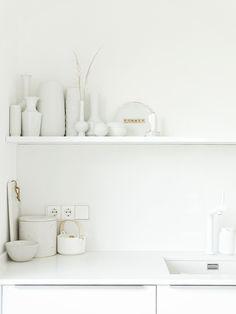 Weiße Küche mit Küchenregal und Vintage-Vasen   Fotoaktion #12von12 - 1 Tag in 12 Bildern   https://mammilade.blogspot.de