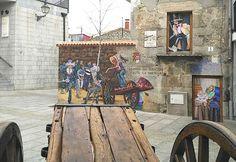 Carro en la plaza de la Constitución de Fresnedillas de la Oliva. 2016. Casas con vida. Elena Parlange. Fresnedillas de La Oliva