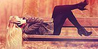 Quem foi que disse que só é bonito ser esquelética, que perna grossa dispensa roupas curtas, que não é para rir alto, que é feio chegar sozinha aos lugares, que mulher come pouco, que batom tem a cor certa, que chapéu não combina sem sol? Quem disse isso nunca foi capaz de admirar a beleza de uma mulher recém-saída de um banho, naturalmente linda.