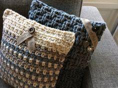 Stoere zelf gehaakte kussens in dikke wol met kleine sieraccenten. Op verzoek…