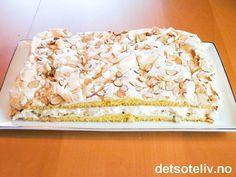 """""""Verdens Beste"""" er en av Norges nasjonalkaker og bakes til de fleste slags anledninger i samtlige deler av landet. """"Verdens Beste"""" består av en tynn kakebunn dekket med marengs, og fylles tradisjonelt med vaniljekrem. Se også oppskrift på """"Kvæfjordkake"""", som fylles med romkrem. Norwegian Food, Scandinavian Food, Sweet Cakes, Pavlova, Sheet Pan, Cake Recipes, Sweet Treats, Deserts, Food And Drink"""
