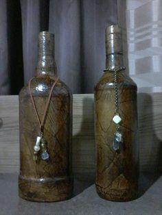 Garrafas decoradas com imitação de couro/madeira e ferro e bibelô em pedraria. <br> <br>Uma ótima opção para decoração de ambiente e também para presentear.