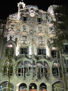 http://www.pan-horamarte.com.br/blog/2015/04/28/fantasias-de-gaudi-na-arquitetura-da-casa-batlo/
