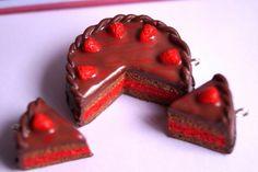 Tarta de chocolate y fresas en arcilla polimérica.