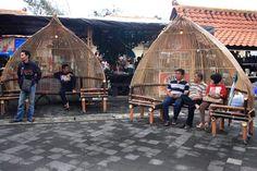 Di areal Pasare Kreasi terdapat bangku-bangku unik yang terbuat dari bambu sebagai tempat duduk-duduk bagi para pengunjung.