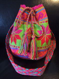 Mijn eigen Wayuu mochila look a like! Uren werk maar super leuk om te doen :-) Met dank aan patroon van Danielle van den Berg. #doehetzelfvrouw