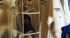 Sapateira de armário pode ser usada para guardar bonés.