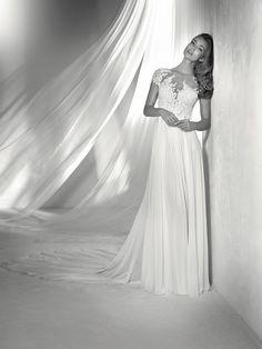 REGINA: Splendido abito da sposa con gonna in chiffon e tulle, con applicazioni di strass e rifinito da scollatura effetto tattoo di eleganti motivi floreali. Collezione Pronovias 2018