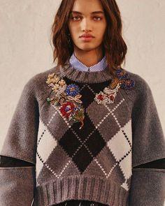 Alexander McQueen Resort 2018 #knit #knitting #knitwear #knitstyle #knittinglove #knittinglife #knittinginspiration #inspiration #knittingfashion #sweater #cardigan #вязание #вязанаямода #вязаныйстиль #вязаниеспицами #свитер #кардиганспицами #модноевязание #стильноевязание #вяжутнетолькобабушки