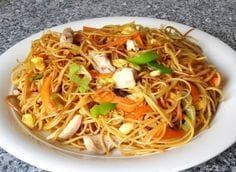 Chinesisch gebratene Nudeln mit Hühnchenfleisch, Ei und Gemüse Chinese fried noodles with chicken meat, egg and vegetables, a sophisticated recipe from the student kitchen category. Shrimp Recipes, Beef Recipes, Chicken Recipes, Cooking Recipes, Healthy Recipes, Healthy Snacks, Easy Dinner Recipes, Easy Meals, Asian Recipes