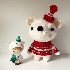 Two friends, Pjotr the bear and momiji Parker. Crochet this cute polar bear with the DIY Fluffies pattern. www.mariskavos.nl