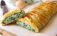 creamy spinach and ricotta puff pastry with Thermomix, a crispy puff pastry, easy and easy to make with a spinach and ricotta filling that brings creamy flavors. Spinach Ricotta, Creamy Spinach, Veggie Recipes, Vegetarian Recipes, Healthy Recipes, Flatbread Pizza Recipes, Weird Food, Savoury Dishes, Eating Habits