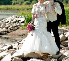 Bonjour,    Je vends ma robe de mariée, du créateur FARAGE, modèle Galaxy, couleur écru, taille 38C, avec étole et gants assortis.  Valeur 1300€